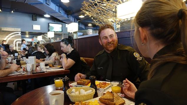 Des collègues de la Gendarmerie Royale bavardent lors d'un déjeuner au profit de la Société canadienne du cancer.