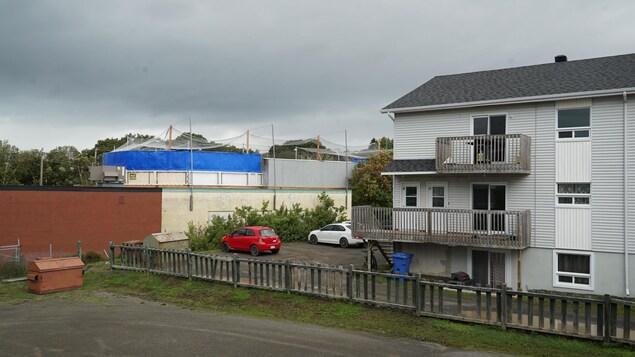 Un hockey sur un toit très près d'une résidence.