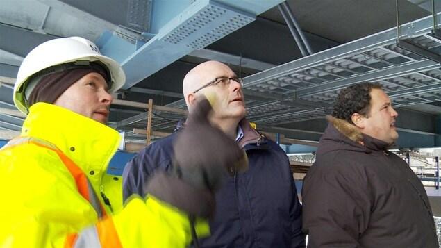 Le ministre des Transports Steven Del Duca sous le pont Nipigon.