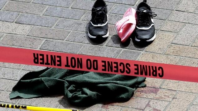 Des vêtements et des souliers éparpillés sur le trottoir, près de l'endroit où s'est produit le drame vendredi à Portland, en Oregon.