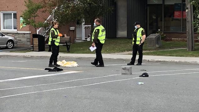 Trois policiers dans la rue.