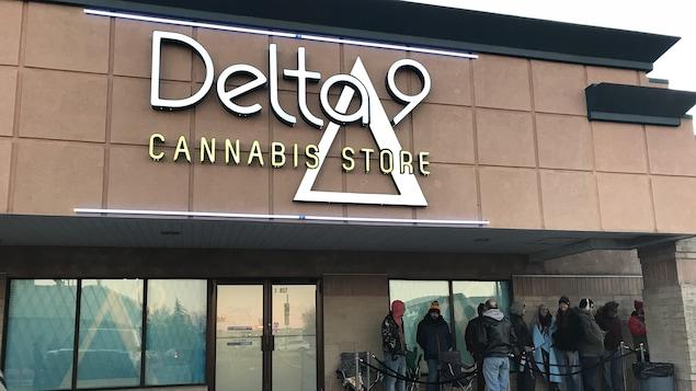 Façade d'un magasin de cannabis de l'entreprise Delta 9 à Winnipeg. Quelques personnes font la file devant l'entrée.