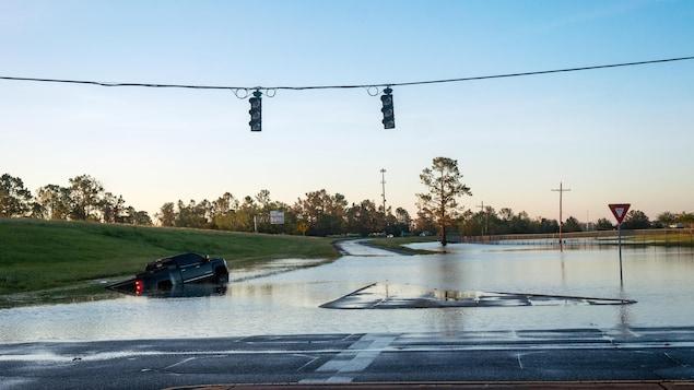 Une voiture submergée.