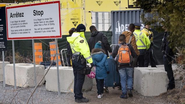 Une famille disant venir de la Colombie a été arrêtée par la Gendarmerie royale du Canada à la frontière canado-américaine, le 18 avril.