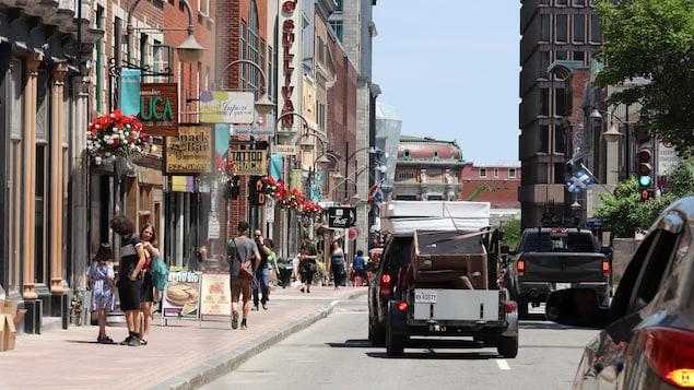 Des véhicules de déménagement sur la rue Saint-Jean.