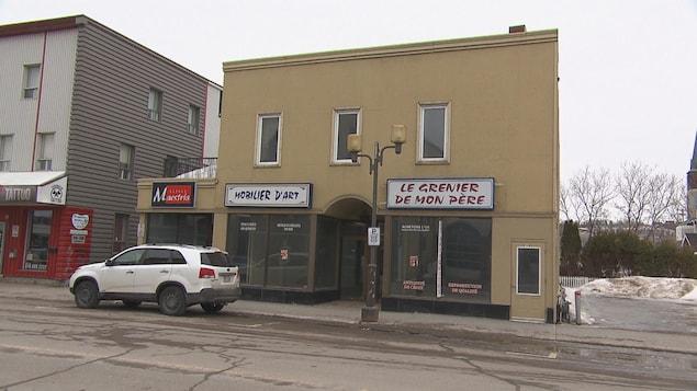Le bâtiment commercial de deux étages abritait trois entreprises.