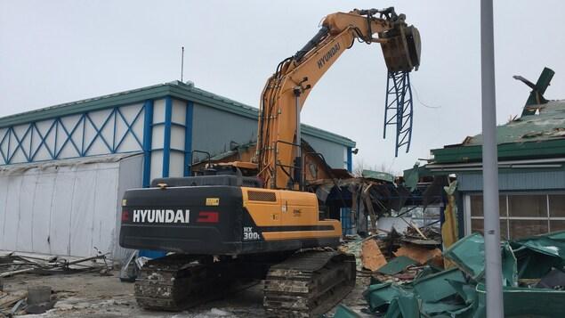Une excavatrice démolie le bâtiment qui abritait le Marché du Vieux-Port à Québec.