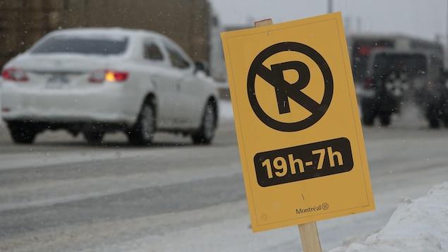 Une pancarte d'interdiction de stationnement de 19 h à 7 h installée dans une rue de Montréal.