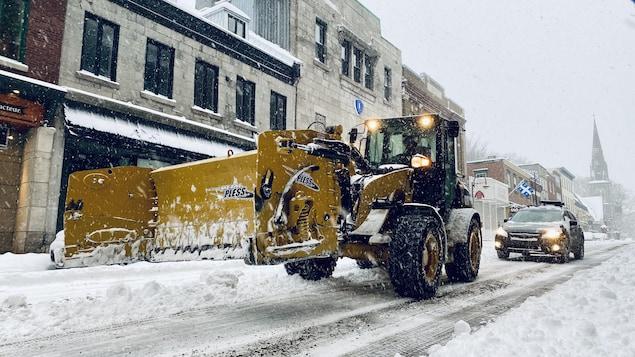 Une déneige dans une rue du Vieux-Québec