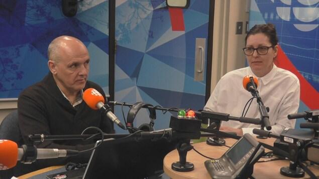 Denis Bouchard et isabel Brochu assis en studio