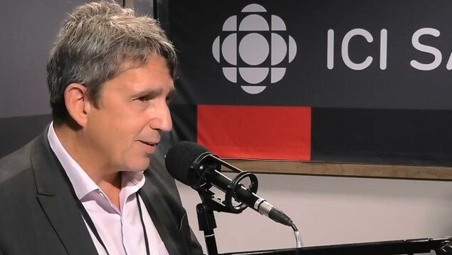 Un homme discute de la communauté fransaskoise au micro de l'émission Point du jour