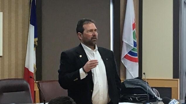 Le maire de Tracadie, Denis Losier, durant le point de presse de jeudi après-midi