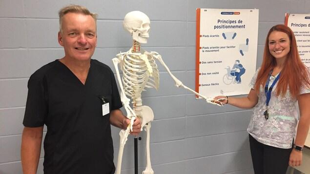 Les deux personnes avec un squelette d'apprentissage dans une classe.
