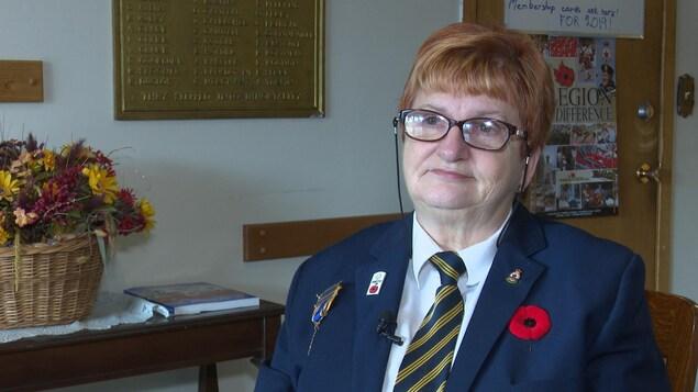 Denise Driver poste son uniforme de la Légion.