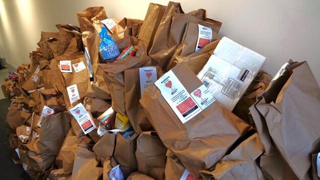 Une montagne de sacs de denrées.