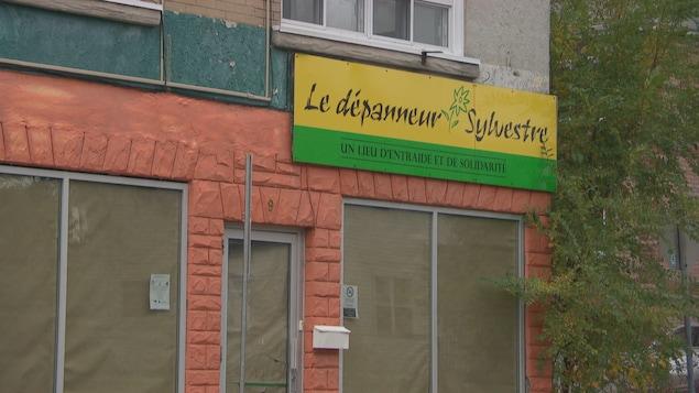 L'extérieur du bâtiment où logeait le Dépanneur Sylvestre, avant sa fermeture.
