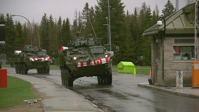 Des militaires quittent la base de Valcartier à bord de véhicules blindés.