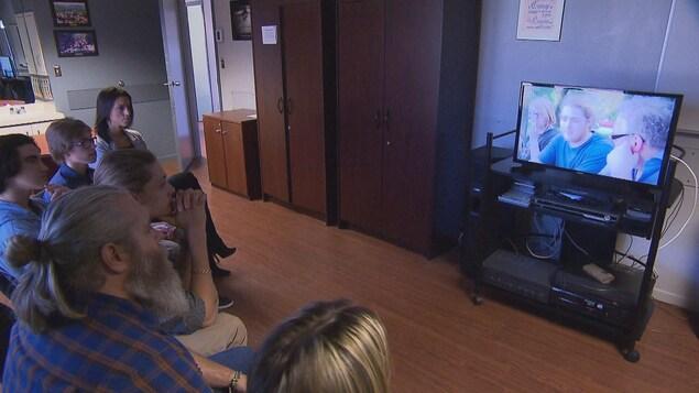 Des jeunes souffrant de dépendance visionnent le documentaire Bye.