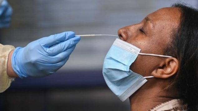 Une femme qui se soumet à un test de dépistage de la COVID-19.