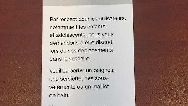 Un dépliant qui explique la politique d'interdiction de la nudité aux vestiaire de la piscine Sylvie Bernier à Québec.