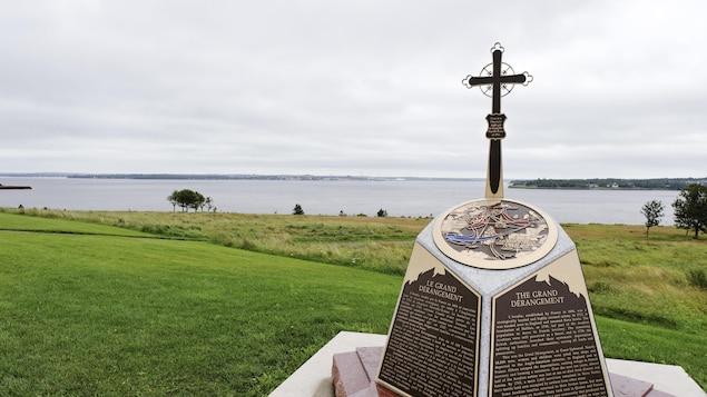Monument rappelant la déportation des Acadiens, au parc national de Skmaqn–Port-la-Joye–Fort-Amherst, à l'Île-du-Prince-Édouard.