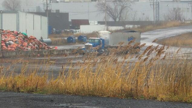 Un camion circule sur le site du dépôt à neige De la Jonquière, dans le secteur Duberger.f