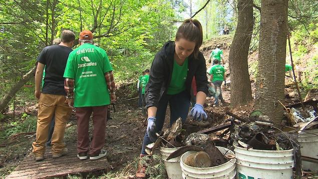 Des bénévoles qui nettoient un site où se trouve plus de 60 tonnes de déchets.