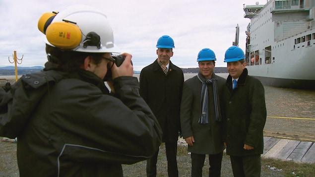 Les députés conservateurs Steven Blainey, Alain Rayes et Pierre Paul-Hus en train de se faire photographier lors d'un point de presse au chantier maritie Davie de Lévis