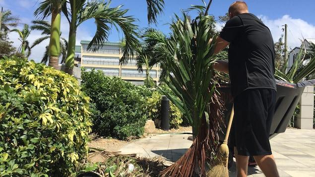 Derek Baker nettoie son hôtel de Fort Myers Beach.