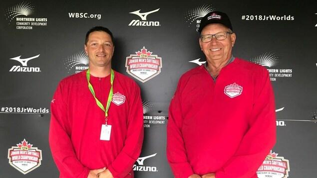 Derek Smith et Felix Casavant portant des chandails rouges aux couleurs du championnat.
