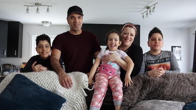 Yassine et Salima, originaires de la Tunisie, avec leurs trois enfants, Laziz, Hamza et Nour, dans leur maison de Lebel-sur-Quévillon