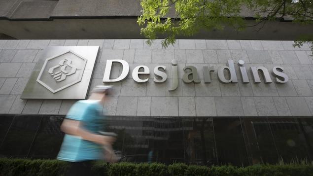 Le logo Desjardins sur la façade d'un établissement.