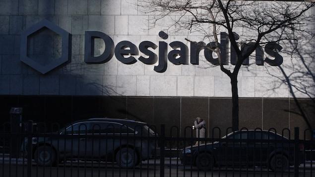 Le logo de Desjardins apparaît sur un édifice.