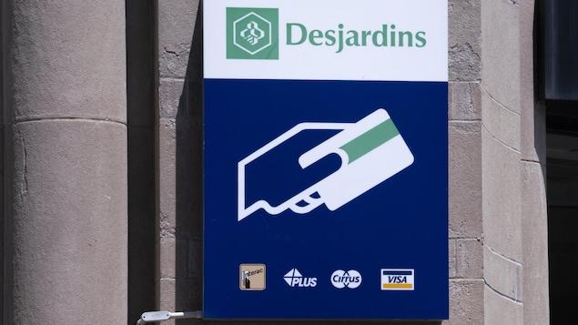 Le logo du Mouvement Desjardins visible dans une rue.