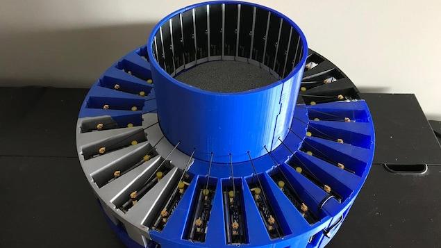 Un appareil cylindrique avec des antennes disposées en rayons.