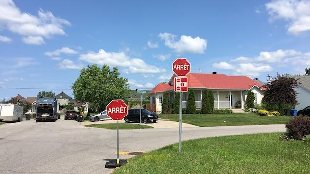 Les deux panneaux d'arrêt sur le coin de la rue.