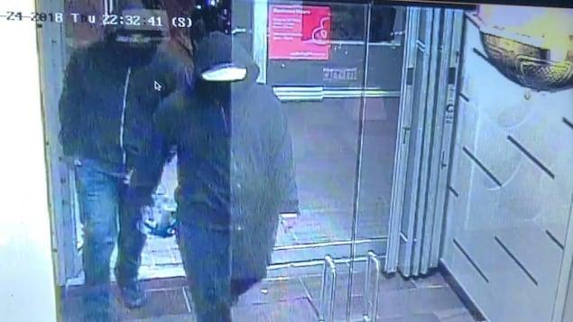La police de Peel fait appel au public pour retrouver deux suspects filmés par les caméras de surveillance peu avant l'explosion.