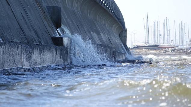 Rejet d'eaux usées dans le fleuve Saint-Laurent près de la marina de Rimouski.