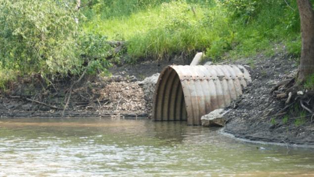 Plan moyen d'un débit d'eaux usées sur le bord d'une rivière.