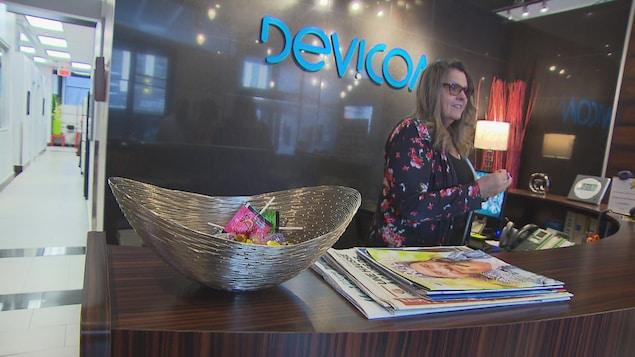 Une employée de Dévicom à la réception
