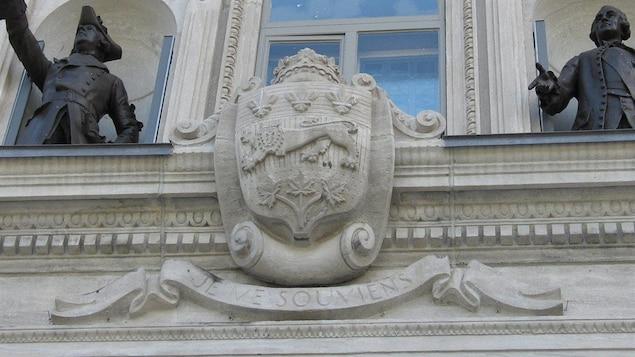 Les armoiries du Québec, encadrée par les statues de Wolfe et de Montcalm, gravées dans la façade de l'entrée principale de l'Assemblée nationale.