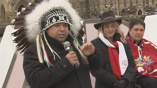 Il donne une conférence de presse sur la colline du Parlement à Ottawa