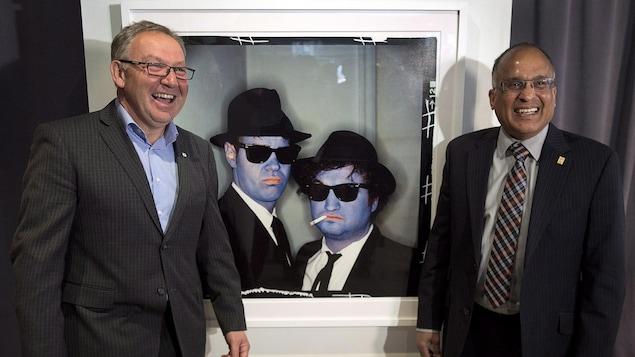 Darrell Dexter et Leonard Preyra devant une oeuvre d'Annie Leibovitz