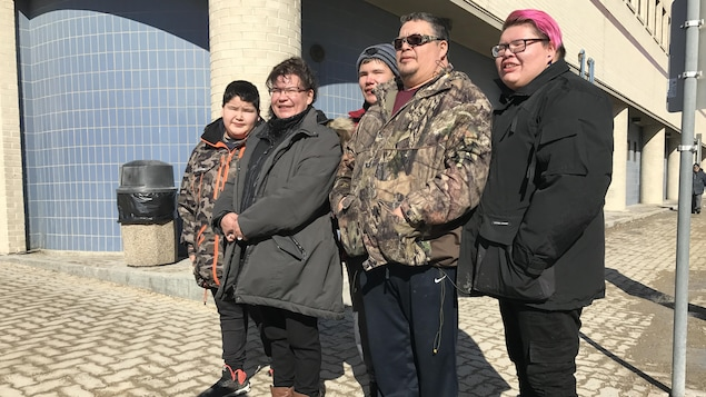 La famille de Antony Braden Nozicka-Spence pose devant la caméra.