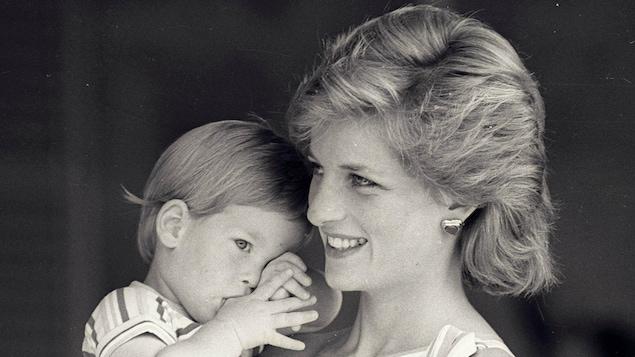 La princesse Diana tient le petit prince Harry dans ses bras.