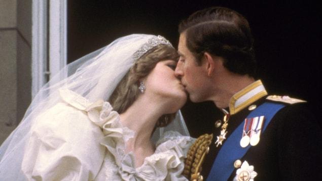 Le prince Charles et Diana s'embrassent sur le balcon du palais de Buckingham après leur mariage en 1981.