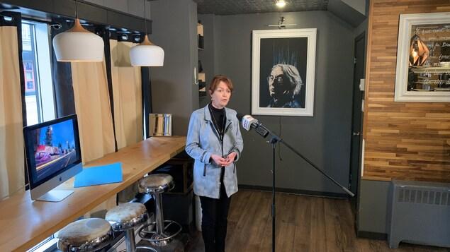 Diane Dallaire lors d'une conférence de presse à Rouyn-Noranda.