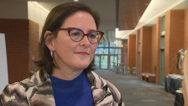 Diane Francoeur s'entretient avec la journaliste de Radio-Canada Fanny Samson dans les couloirs du Centre des congrès de Québec.