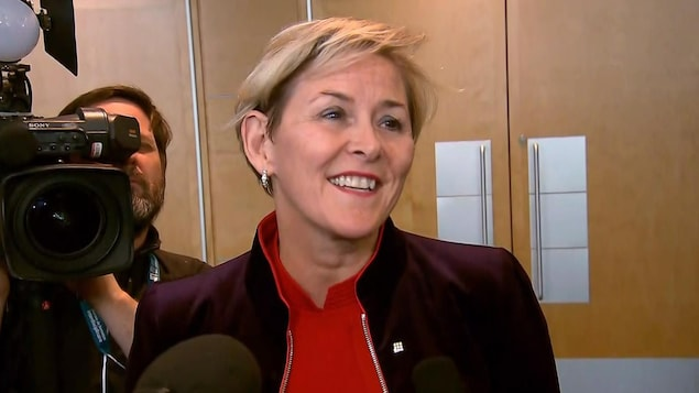 Diane Francoeur sourit en s'adressant aux journalistes.