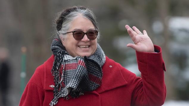 Diane Lebouthillier sourit en levant une main pour saluer.
